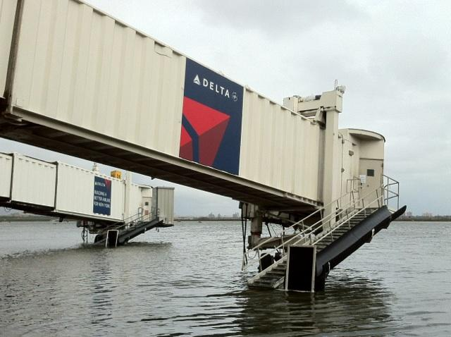 20121105pic.. Flooding at KLGA post, Delta jetbridge